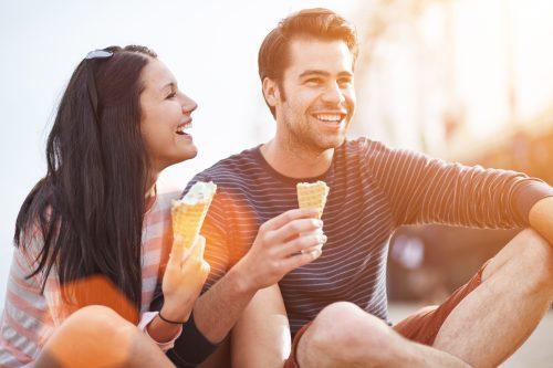 楽しそうにアイスクリームを食べるカップル