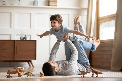 子どもと遊ぶ父親