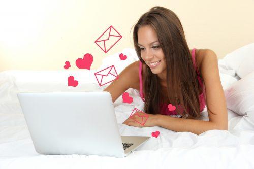 オンラインで出会いを探す女性