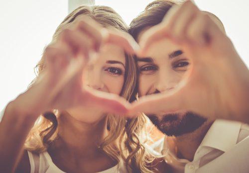 指でハートを作るカップル