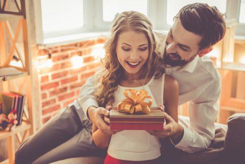 プレゼントをするカップル