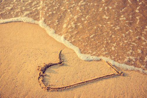 砂浜に描かれたハート