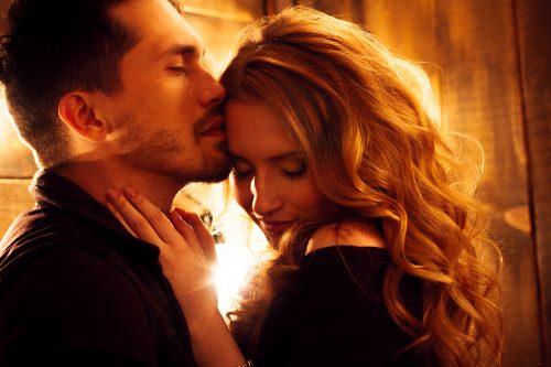 女性の髪にキスする男性