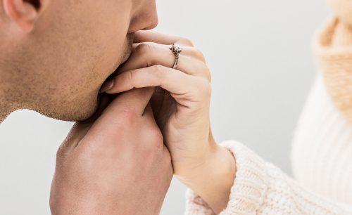 手にキスをする男性