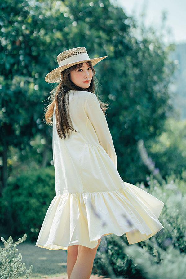 ヒロイン気分になれる(ティアード風ギャザーワンピ)で日光をたくさん浴びたい♡『ティアード風ワンピでミニ丈って新鮮です♡ いつもの私ならブラックを選びがちだけど、夏なので、心まで軽やかになるイエローなど、カラーを着て動き回りたいです♪』