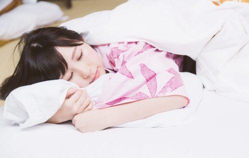 お泊まりデート♡「寝起きの彼女」ってぶっちゃけ可愛い?男子の本音は…