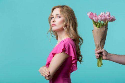 花束を無視する女性