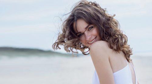 海辺の美しい女性