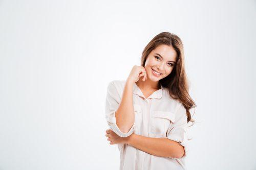白シャツを着た笑顔の女性