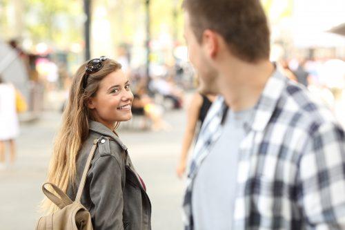 街角で目を合わせる男女