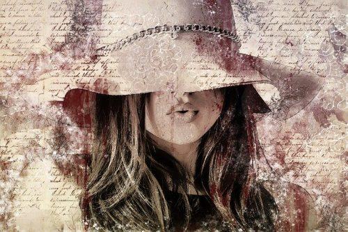 帽子を深く被った女性