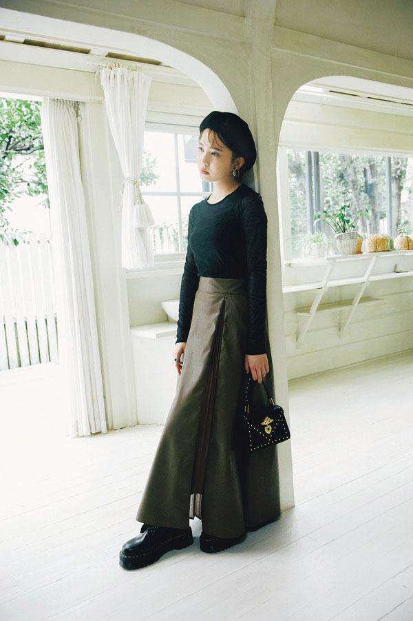 注目しているのは、ほんのりモードに着るレザー風スカート