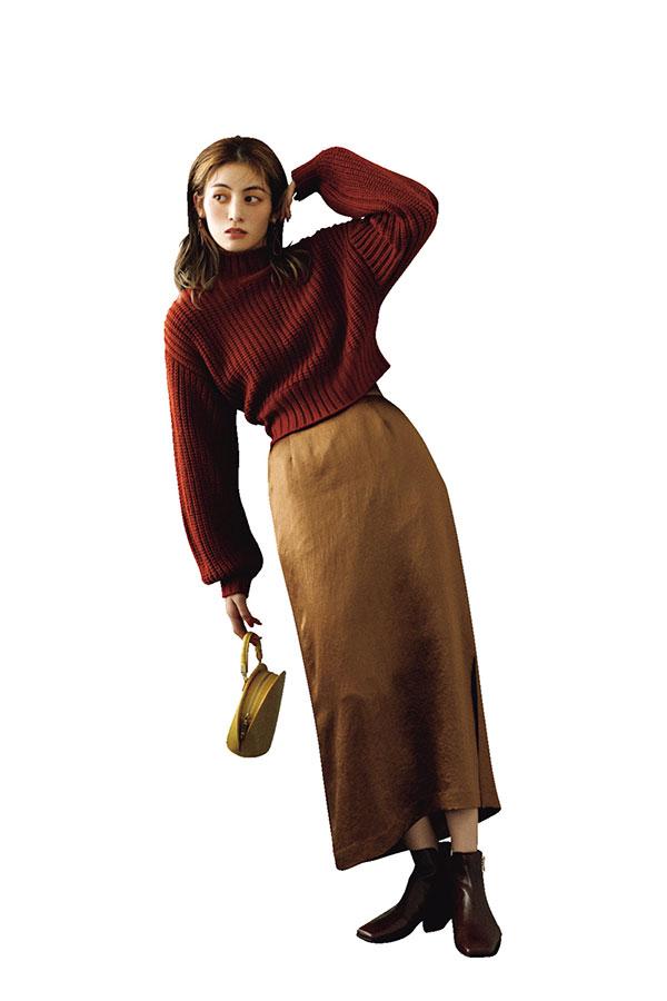 サテンスカートにカラーニットが秋の代表コーデ!
