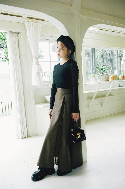 女っぽくはけるレザースカートはブラック合わせでキレよく着こなしたい!