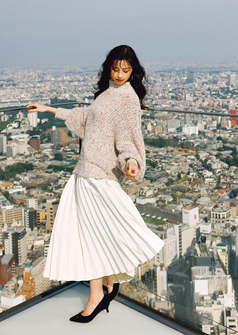 辛口レザースカートは、ホワイトを選んで軽やかに