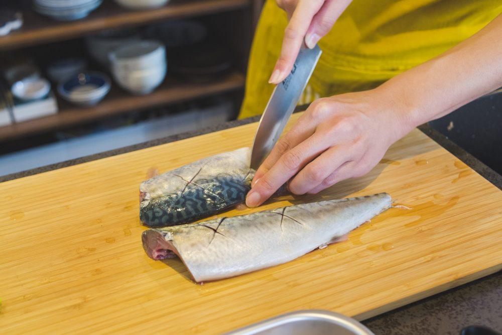 BOYS AND MEN ボイメン 小林豊 ゆたクッキング CanCam 和食 サバの味噌煮 切り込みを入れる