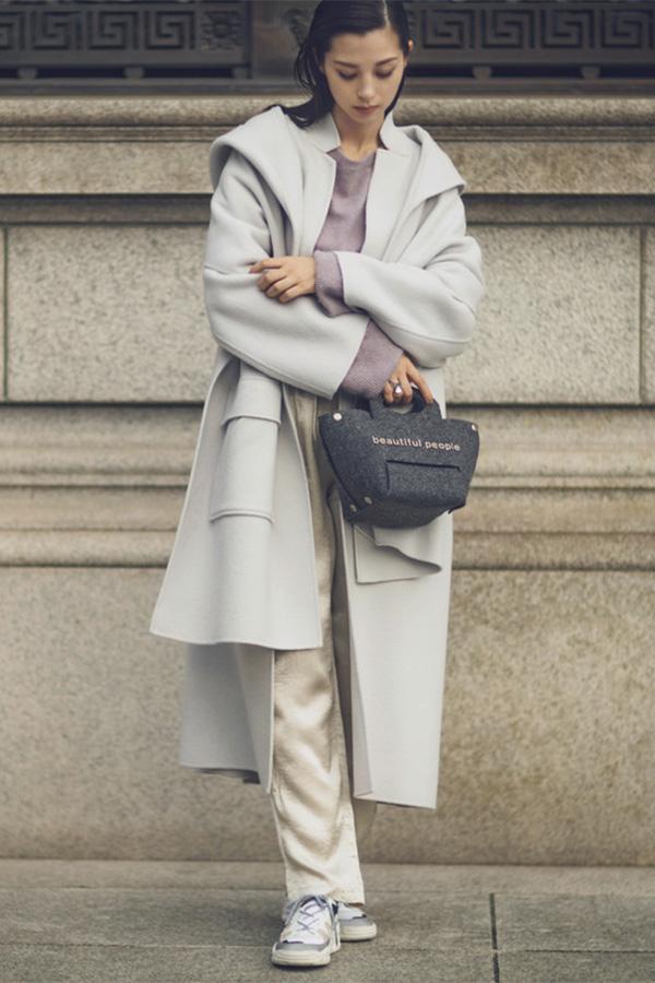 最近楽なトップスを着がちだから 襟コンシャスな〝相棒〟でスッポリ覆ってみる。