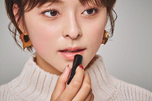 韓国でも大人気の3CEのラメシャドウを使用したメイク。目頭をポイントにラメを入れることで、立体感のあるクールな目もとを演出。ベージュリップで色気のある大人顔に。 How to