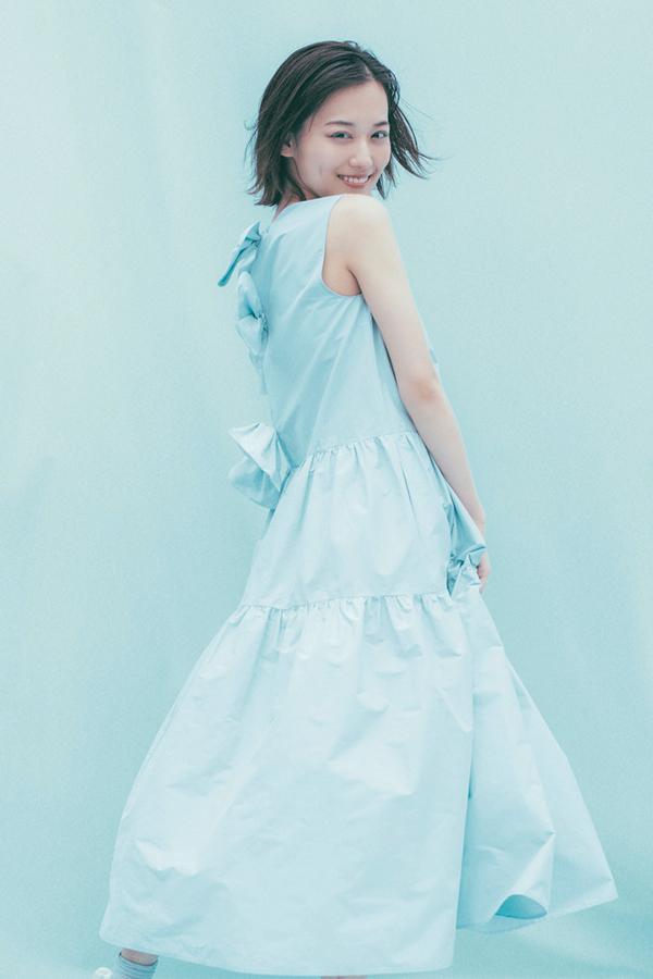 ノスタルジックなミントブルーのティアードドレス『袖を通せば、誰もが心踊るふわりと広がるティアードドレス。エモーショナルなミントブルーに身をゆだねて、思いっきりドリーミーに裾を揺らしたい♡ 大きな3連リボンでバックスタイルにもトキメキを背負って!』