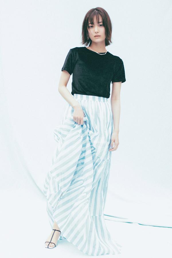 クリーンなスカイブルーのボリュームスカート『たっぷりたっぷりの生地が心地よく、おしゃれする楽しさを教えてくれるフォトジェニックなロングスカート。シンプルな黒T合わせでも、一気にドラマが始まりそう…♡』