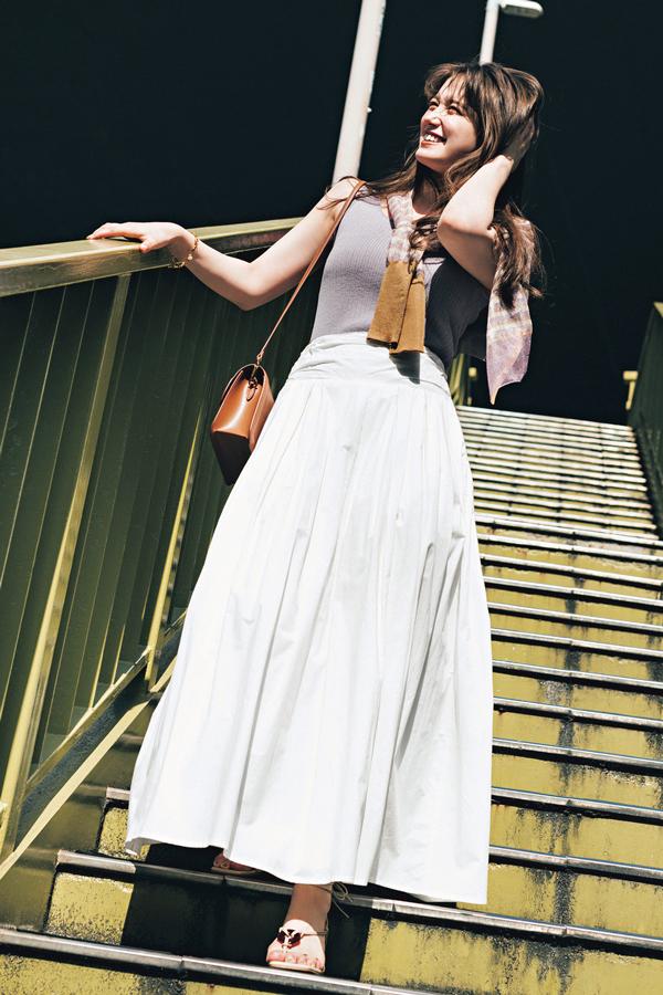 Q.夏に向けて長め丈スカートをアップデートしたい! 『A.シンプルトップスに合わせるだけで着映えるボリュームスカートが買い!』