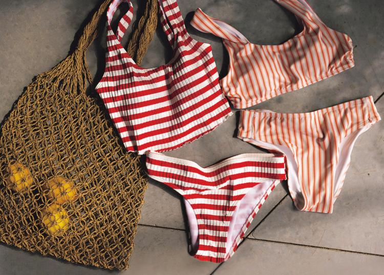 右から、オレンジ色の縦ストライプビキニ、赤色の横ストライプビキニ、茶色のあみあみバッグ