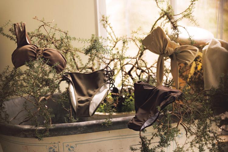 (右)ほんのりイエローがかったベージュとブラウンのバイカラー水着。上は胸の前で大きなリボンができるようになっている。(左)ベージュを基調としたバイカラー水着。下は腰の部分がレースアップになっている。
