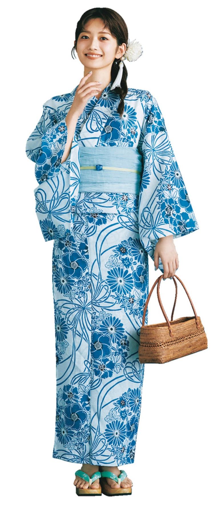水色の生地に、ブルーの大きな花柄が描かれている浴衣を着たモデルの全身写真。手にはかごバッグを持っており、草履の鼻緒はエメラルドクリーンに近い色。