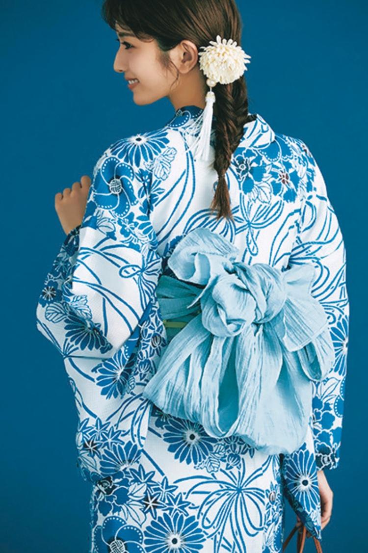 水色の浴衣の着用写真を後ろから撮影したもの。サイドで束ねた髪の毛には、白い花の飾りがついている。