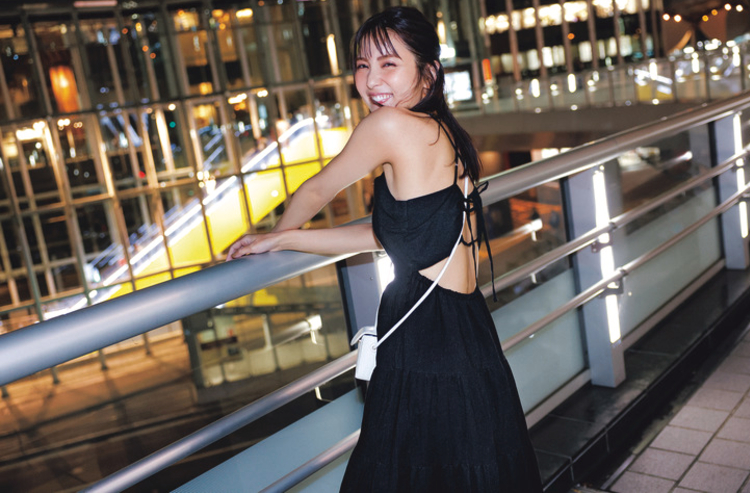 黒のキャミソールワンピースは、背中が大胆に空いたデザイン。