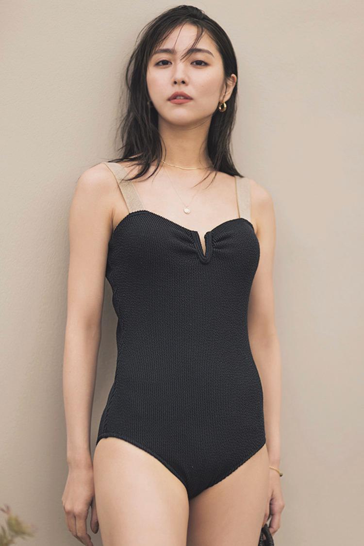 肩紐部分はグレーで、全体的には黒の水着を着た石川恋を、正面から撮影した写真。